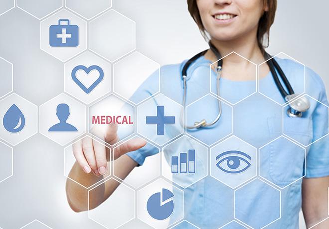 Медицинский работник работает с сенсорной панелью